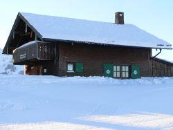 Skihütte im Winter